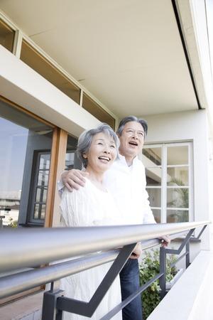 Bejaard paar lachen op de veranda