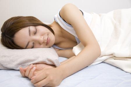 los seres vivos: Mujer que duerme en una cama Foto de archivo