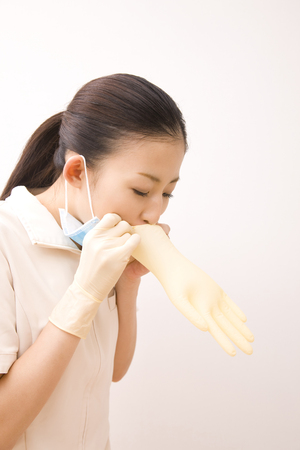 inflate: Dental hygienist to inflate the rubber gloves
