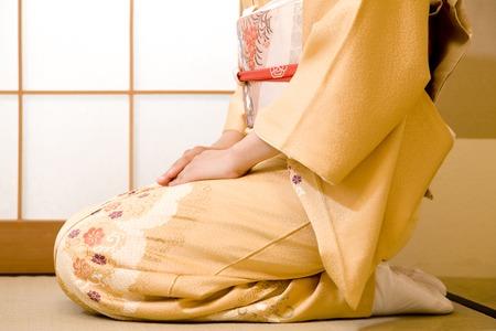 arrodillarse: Kimono de la mujer a arrodillarse