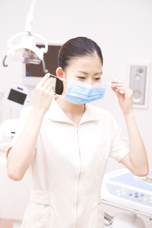 dental hygienist: Dental hygienist to wear a mask