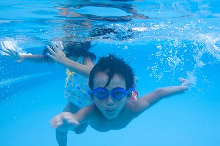 ser humano: Boy traje de baño de natación bajo el agua