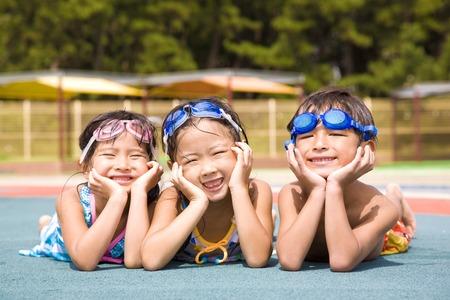 enfant maillot: Enfants maillot de bain qui rit