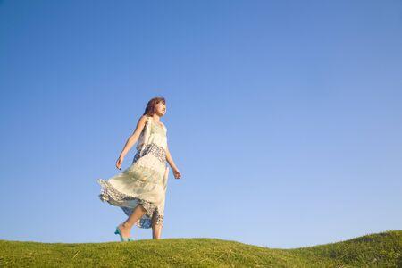 ser humano: Mujer caminando por la colina