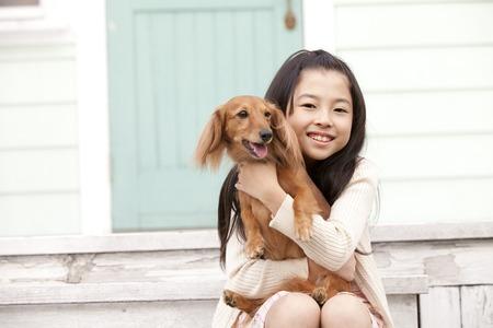 seres vivos: Muchacha que abraza a un Dachshund miniatura