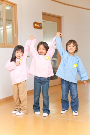 kindergartener: Kindergartener who to Banzai hand in hand with three people