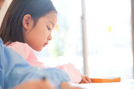 maestra jardinera: Ni�as de kinder disfrutan relojes profesor de dibujo y de jard�n de infantes