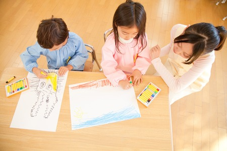 children painting: Kindergarten teachers to watch and kindergarten children to enjoy painting Stock Photo