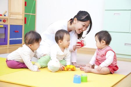 maestra preescolar: Juega con juguetes guardería y jardín de infantes Foto de archivo