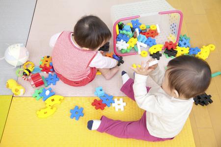 保育園の子供たちがおもちゃで遊ぶ 写真素材