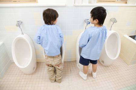 pee: Kindergarten boys have to pee