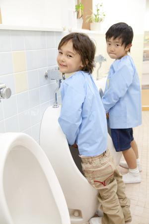 pis: Niños de kinder tienen que orinar