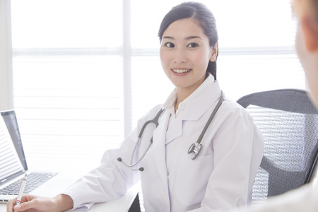 女医の笑みを浮かべてください。