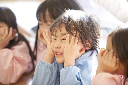 kindy: Smiling, Chin on preschool children