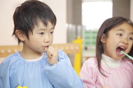 smocking: Tooth brushing to kindergarten children