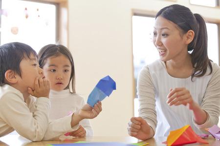 Falten Sie die Origami Krippen- und Kindergarten Standard-Bild