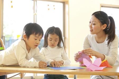 折り紙保育園と幼稚園を折る 写真素材