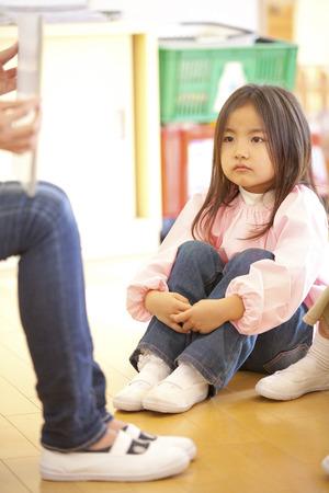 attentively: Kindergarten girls to listen attentively to Kamishibai