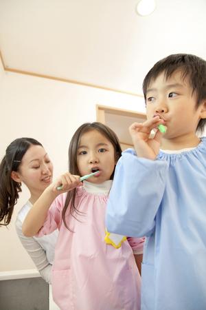 smocking: Kindergarten and kindergarten teachers to the toothpaste Stock Photo