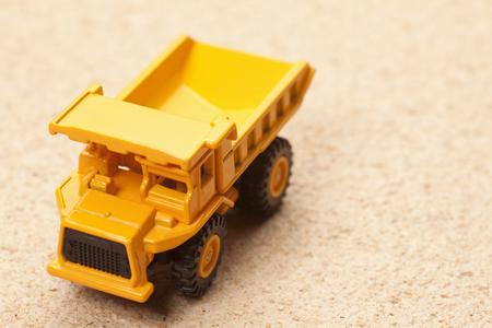 the dump truck: Carro de descarga