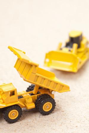 volteo: Bulldozer y cami�n de volteo Foto de archivo