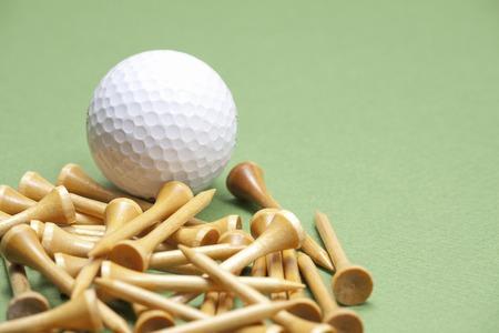 ゴルフ ボールとティーの木