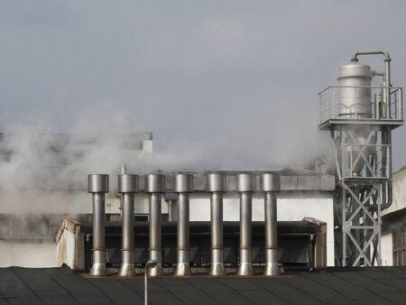 蒸気の工場の煙突 写真素材