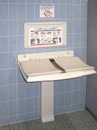 lavamanos: Pa�al tablas cambiantes en el hombre inodoro Foto de archivo