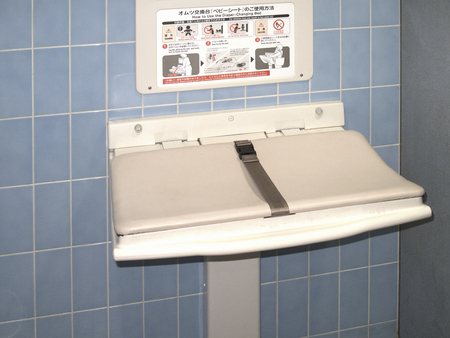 handwash: Pa�al tablas cambiantes en el hombre inodoro Foto de archivo