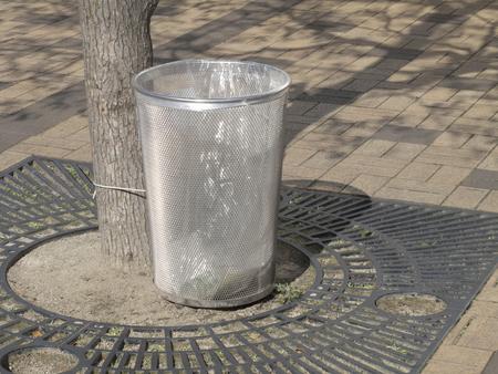 cesto basura: Inoxidable papelera de acero en el parque