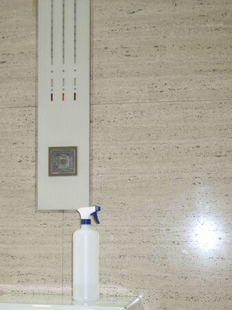 lavamanos: Bill en el ascensor 8722; otra antes de que la soluci�n antis�ptica Foto de archivo