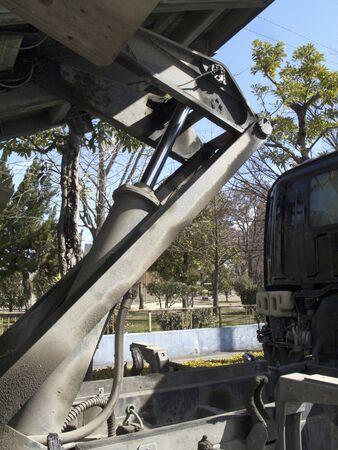 ダンプ トラックの荷台を油圧シリンダーの