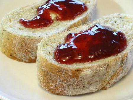 pan frances: pan francés y mermelada de fresa Foto de archivo