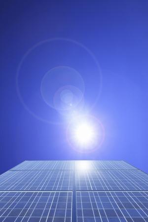 Panel słoneczny i błękitne niebo