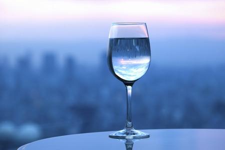 amanecer: Ma�ana Urbano refleja en el cristal Foto de archivo