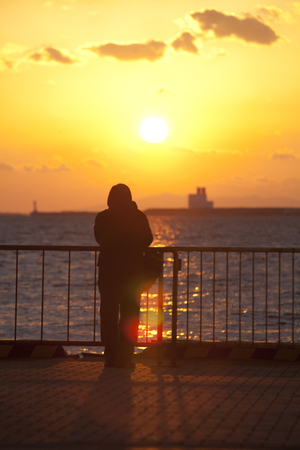 setting sun: People with views of the setting sun Stock Photo