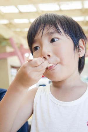 comiendo helado: Ni�o comiendo helado Foto de archivo