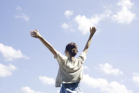 seres vivos: Trasera de las mujeres que se levantó ambas manos