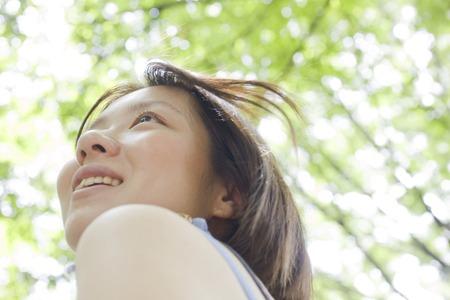seres vivos: Las mujeres que se están riendo bajo el árbol