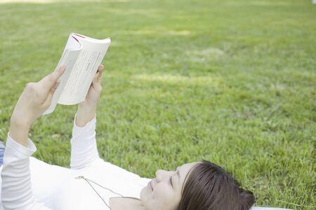 seres vivos: Mujer leyendo un libro Nekorogari c�sped
