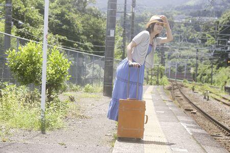 seres vivos: Las mujeres esperan un tren