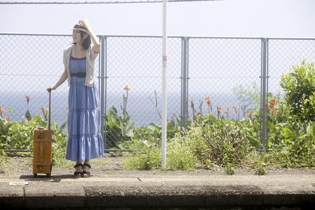 los seres vivos: Las mujeres esperan un tren
