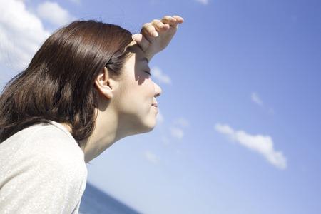 seres vivos: Las mujeres miran al cielo Foto de archivo