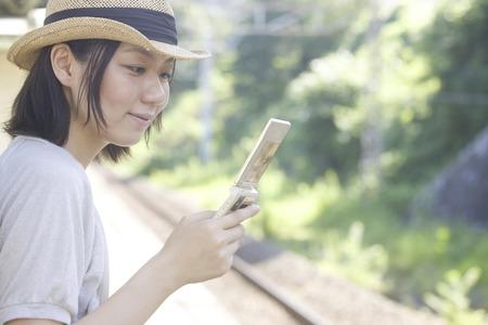 los seres vivos: Las mujeres con un teléfono móvil