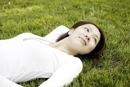 los seres vivos: Las mujeres que se plop en la hierba Foto de archivo