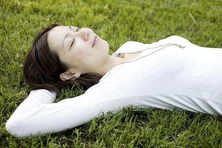 gente durmiendo: Las mujeres que se plop en la hierba Foto de archivo
