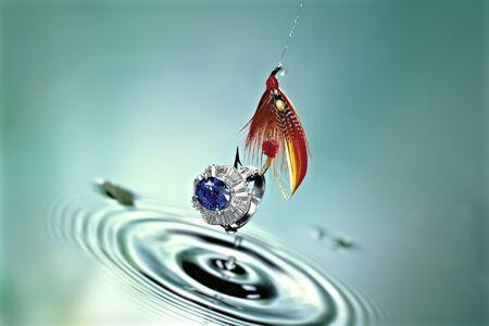 zafiro: anillo de zafiro que fue recogido en la superficie del agua verde en la aguja de la mosca