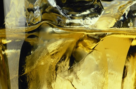 sizzle: Sizzle of ice and whiskey to float on the rock glass