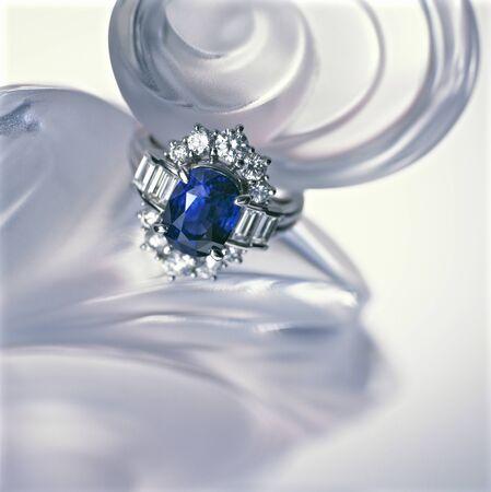 香水瓶の上に置かれたサファイアの指輪