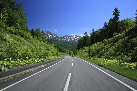 De weg die leidt naar de Tokachidake
